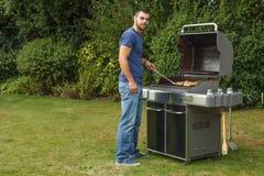 Uomo che cucina carne Immagine Stock Libera da Diritti