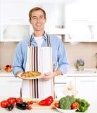 Uomo che cucina pizza Fotografia Stock