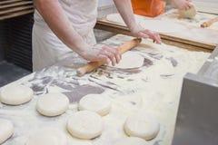 Uomo che cucina pizza Fotografia Stock Libera da Diritti