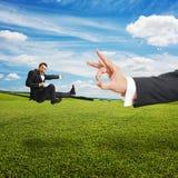 Uomo che dà dei calci e che vola al grande colpo di frusta Fotografia Stock Libera da Diritti