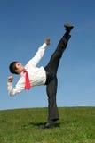 Uomo che dà dei calci nella posa di Kung Fu Fotografia Stock Libera da Diritti