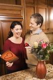 Uomo che dà i regali della donna. Fotografia Stock Libera da Diritti