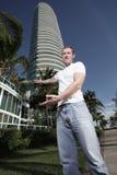 Uomo che dà il benvenuto ad una costruzione Fotografia Stock