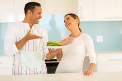 Uomo che dà la moglie dell'insalata immagini stock libere da diritti