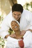 Uomo che dà un massaggio della spalla alla donna immagine stock libera da diritti