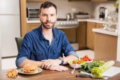 Uomo che decide che cosa mangiare Fotografia Stock Libera da Diritti