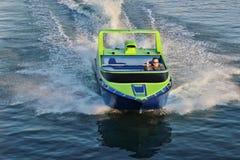 Uomo che determina un jetboat in oceano immagini stock