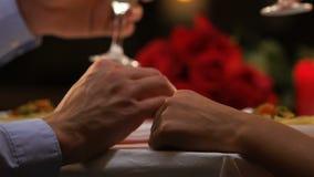 Uomo che dice pane tostato alla donna cara che tiene tenero la sua mano, amore, giorno di S. Valentino video d archivio