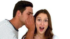 Uomo che dice segreto alla donna sorpresa archivi video