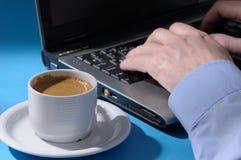 Uomo che digita sul computer portatile Immagini Stock