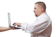 Uomo che digita sul taccuino fotografie stock libere da diritti