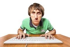 Uomo che digita un documento Fotografia Stock
