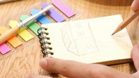 Uomo che disegna Camera di sogno, concetto della casa, fine su Fotografia Stock