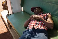 Uomo che dorme alla stazione di pompa di benzina Fotografia Stock