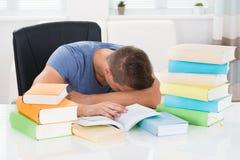 Uomo che dorme allo scrittorio Fotografia Stock