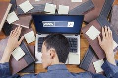 Uomo che dorme sul computer portatile con il testo di WWW Fotografie Stock