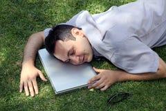 Uomo che dorme sul prato inglese Immagine Stock