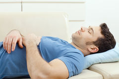 Uomo che dorme sullo strato Fotografia Stock Libera da Diritti