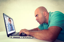 Uomo che esamina computer portatile Immagini Stock Libere da Diritti