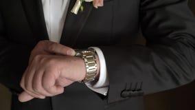 Uomo che esamina gli orologi stock footage