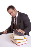 Uomo che esamina i libri Fotografia Stock Libera da Diritti