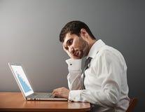 Uomo che esamina il suo computer portatile Fotografia Stock Libera da Diritti