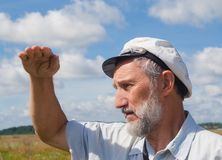 Uomo che esamina la distanza Fotografie Stock Libere da Diritti