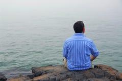 Uomo che esamina nebbia Fotografia Stock Libera da Diritti