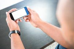 Uomo che esamina Smart Phone Fotografia Stock Libera da Diritti