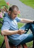 Uomo che esamina smartphone Fotografia Stock Libera da Diritti