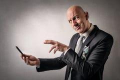 Uomo che esamina telefono Immagini Stock Libere da Diritti
