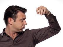 Uomo che esamina traspirazione di sudore della macchia del sudore immagine stock libera da diritti