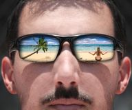 Uomo che esamina una donna sulla spiaggia con Sungla Immagine Stock Libera da Diritti