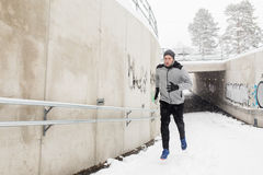 Uomo che esaurisce il tunnel del sottopassaggio nell'inverno Fotografia Stock Libera da Diritti