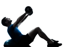 Uomo che esercita allenamento di addestramento del peso di bosu Fotografia Stock