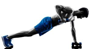 Uomo che esercita gli esercizi di posizione della plancia di forma fisica immagini stock