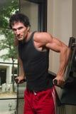 Uomo che esercita i muscoli 1 del braccio Fotografie Stock Libere da Diritti