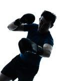 Uomo che esercita la siluetta di posizione del pugile di pugilato Fotografie Stock