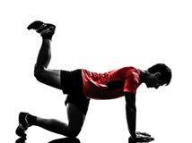 Uomo che esercita la siluetta di posizione della plancia di allenamento di forma fisica Fotografia Stock
