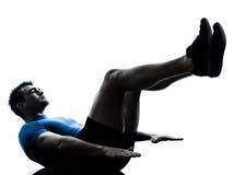 Uomo che esercita posizione di forma fisica di allenamento Immagini Stock