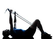 Uomo che esercita posizione di forma fisica di allenamento del gymstick Immagine Stock