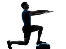 Uomo che esercita posizione di forma fisica di allenamento di bosu Fotografie Stock