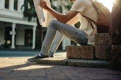 Uomo che esplora la città immagine stock