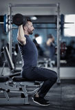 Uomo che fa allenamento della spalla Fotografia Stock Libera da Diritti