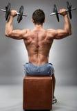 Uomo che fa allenamento della spalla in studio Immagine Stock Libera da Diritti