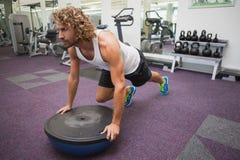 Uomo che fa allenamento di forma fisica del crossfit in palestra Immagini Stock Libere da Diritti