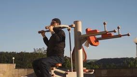 Uomo che fa allenamento durante la pausa da lavoro stock footage
