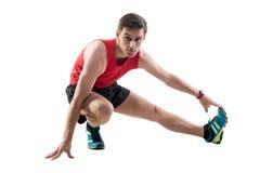 Uomo che fa allungando gli esercizi sul pavimento Fotografie Stock Libere da Diritti