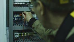 Uomo che fa attrezzatura di conteggio elettrica stock footage