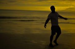 Uomo che fa a braccia aperte gesto sotto il tramonto Fotografia Stock Libera da Diritti